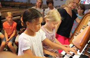 Iveta Apkalna, Orgel, in Köln, Ildefons-Herwegen-Schule - ©Susanne Lührig