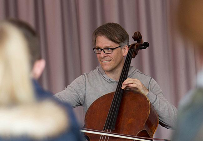 Alban Gerhardt, Cello, in Neuss, Realschule Südstadt Neuss ©René Hafkesbrink/ Tonhalle Düsseldorf