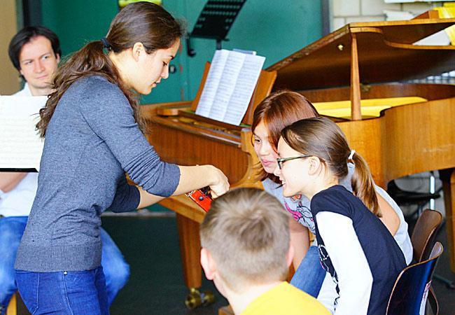 Lisa Schumann, Violine, und Darko Kostovski, Piano, in Kerpen, Europaschule ©Bernd Woidtke