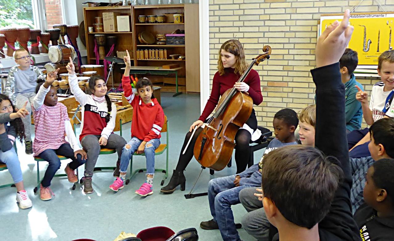 Die Cellistin Julia Hagen in hamburg an der Grundschule am Ballerstaedtweg